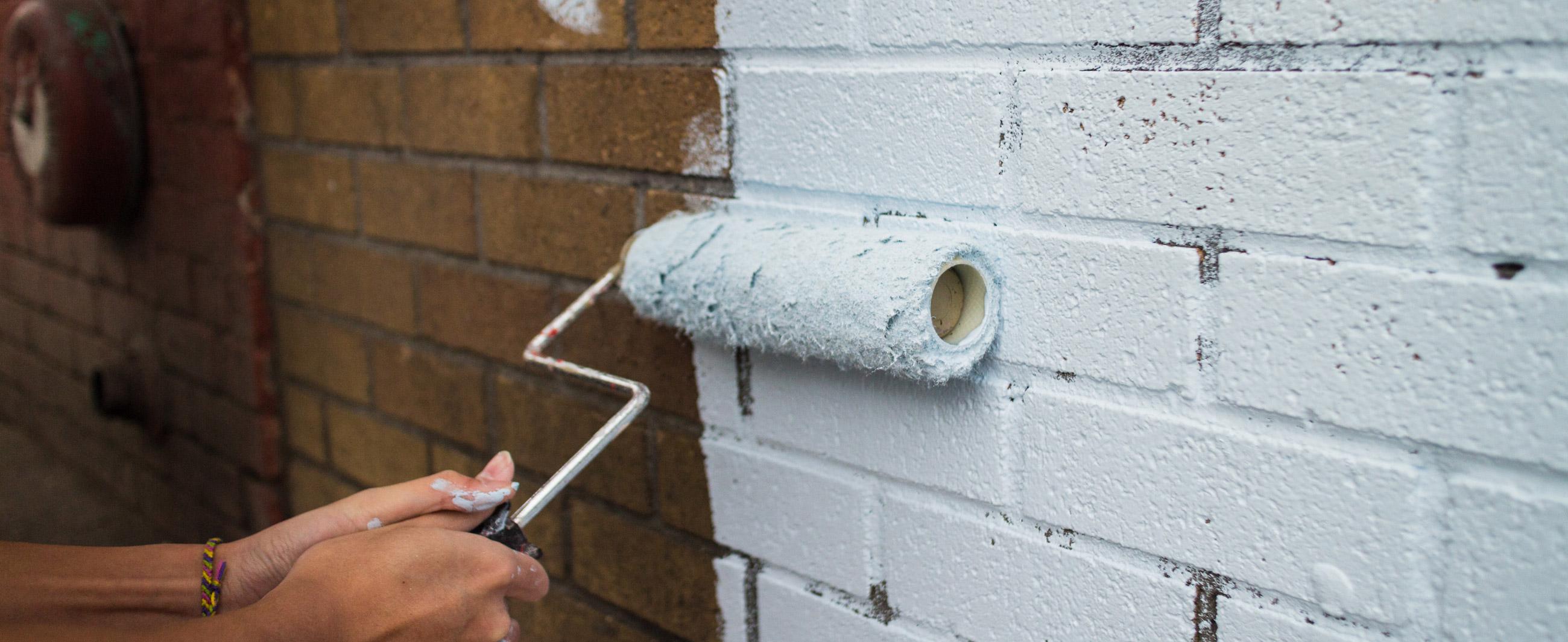 Покраска кирпичной стены: важные моменты окрашивания.